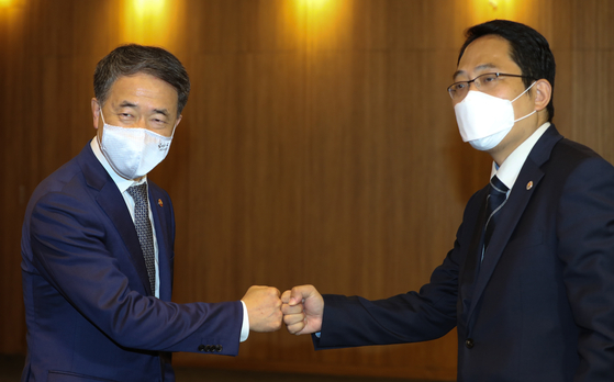 Health Minister Park Neung-hoo, left, and Korea Medical Association President Choi Dae-zip bump fists ahead of talks in a hotel in central Seoul Wednesday. The two sides failed to bridge differences on the government's plans to expand the admissions quota for medical schools. [JOINT PRESS CORPS]
