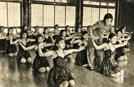 Mrs. Choi Seung-hee and her pupils in North Korea in the late 1940s
