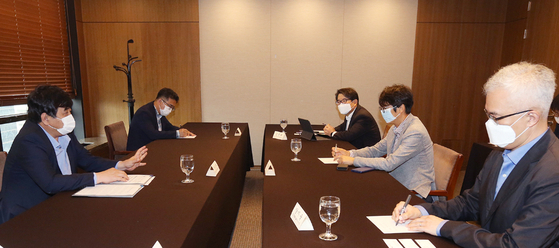 Korea Communications Commission (KCC) Chairman Han Sang-hyuk, far left, and representatives from four local OTT platforms have a meeting at the Korea Press Center in Jung District, central Seoul, on Tuesday. [NEWS1]