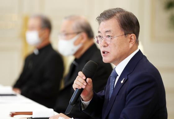 President Moon Jae-in speaks at a luncheon with Catholic leaders at the Blue House on Thursday. Moon invited the leaders to thank them for their cooperation in the coronavirus outbreak.  [YONHAP]