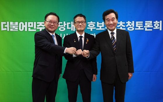 Three candidates for the Democratic Party's chairmanship election attend a debate on Tuesday. Rep. Lee Nak-yon, right, started a two-week self-quarantine after he came into contact with a patient earlier that day. Former Interior Minister Kim Boo-kyum, left, and Rep. Park Ju-min are Lee's competitors.  [YONHAP]