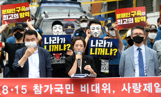 A spokesperson for Rev. Jun Kwang-hoon, the controversial far-right pastor of the Sarang Jaeil Church, reads a statement from the pastor in front of the church in northern Seoul on Friday accusing the government of persecuting his followers. [YONHAP]