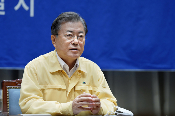 President Moon Jae-in issues a firm warning against obstruction of antiepidemic efforts while visiting disease prevention headquarters in Seoul on Friday. [YONHAP]