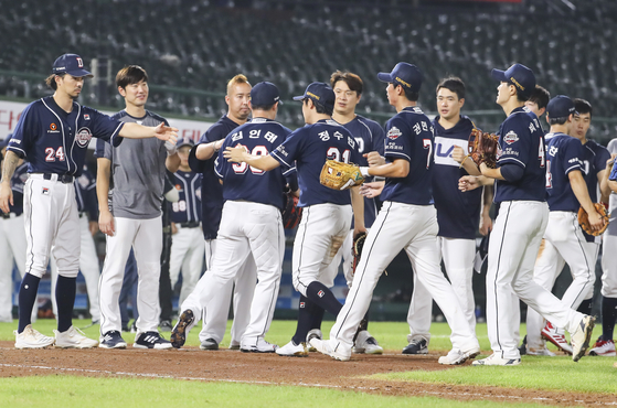 The Doosan Bears players celebrate after picking up a win against the Lotte Giants. [YONHAP]