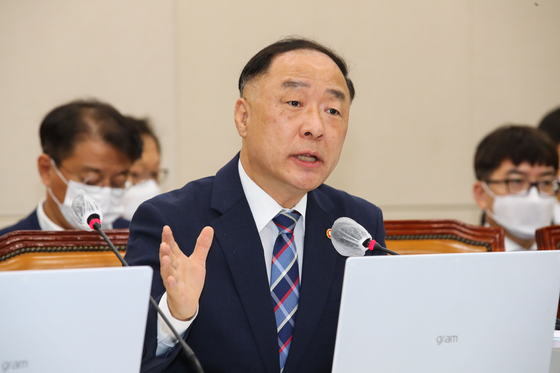 Deputy Prime Minister and Finance Minister Hong Nam-ki answers questions during a strategy & finance committee meeting at the National Assembly on Aug. 20. [YONHAP]