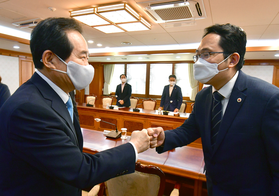 Prime Minister Chung Sye-kyun, left, shakes hands with Korea Medical Association (KMA) President Choi Dae-zip ahead of talks at the government complex in central Seoul Monday as doctors prepare to go on a three-day general strike. [NEWS1]