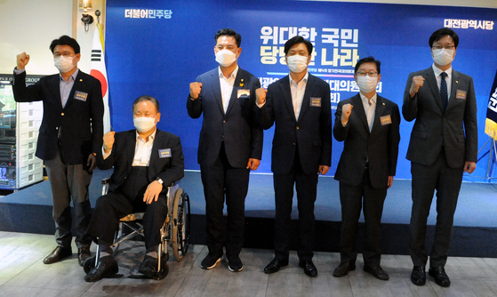 Six Demcratic Party (DP) lawmakers attend a meeting of party delegates in Daejeon on Aug. 18.  [NEWSIS]