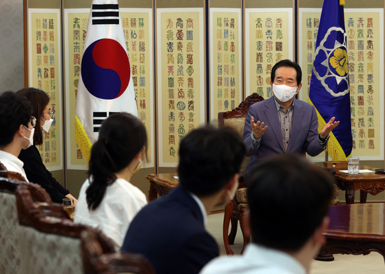 Prime Minister Chung Sye-kyun talks with representatives from the Korean Intern Resident Association (KIRA) at the government office complex in Seoul on Sunday. [YONHAP]