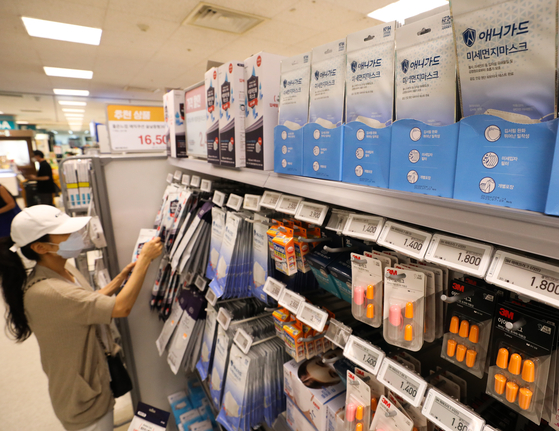 A customer shops for masks at a discount mart in Seoul on Aug. 20. Demand for masks has started to increase after a recent spike in Covid-19 cases. [NEWS1]