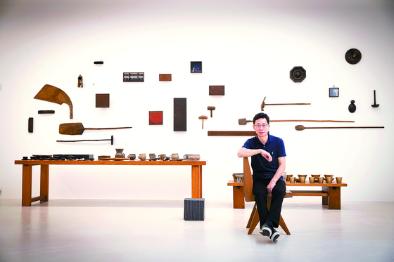 """Professor Park Young-taek and his collections for the exhibition, 'Preference & Captivation III: Exquisite Collection of an Art Critic"""" held at 2GIL29 Gallery. [JANG JIN-YOUNG]"""
