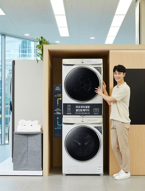 A model introduces Samsung Electronics' Grande AI washing machine and drier at Samsung Digital Plaza in Seocho District, southern Seoul, on Monday. According to Samsung Electronics, the company's sales of driers increased more than 60 percent in July compared to the same month a year earlier, reaching an all-time high. [YONHAP]