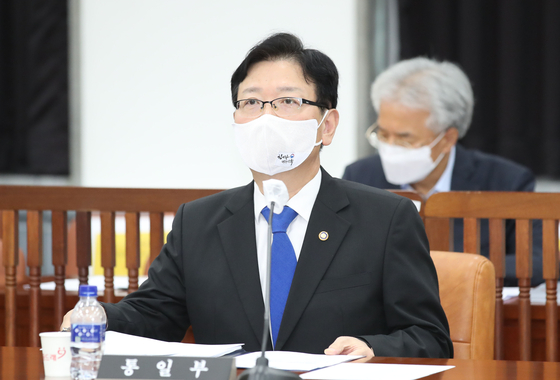 Vice Unification Minister Suh Ho attends a parliamentary hearing on Monday, where he told lawmakers about the ministry's plan to scrap a bartering deal with North Korea. [YONHAP]