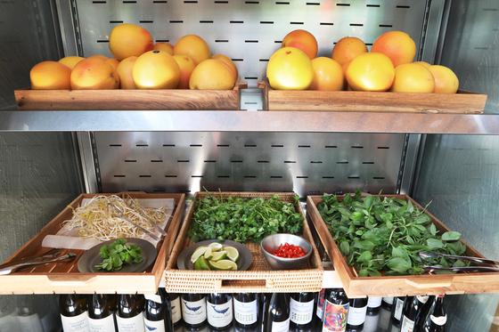 The fresh herb bar at I Pho U. [PARK SANG-MOON]