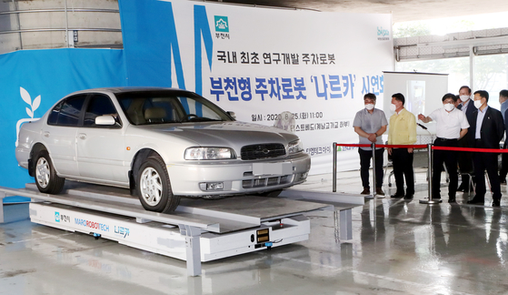 A vehicle sits on a robotic parking assistant at a test site in Bucheon, Gyeonggi, Tuesday. Bucheon city government on Tuesday said it will test run the robotic parking assistant developed by robotics company Maro Robot Tech from October. The robotic parking assistant is reported to improve the efficiency of parking lots by 30 percent. [YONHAP]