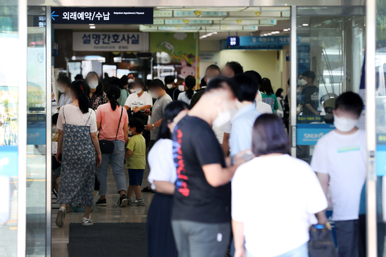 People flock to the Seoul National University Children's Hospital in Jongno District, central Seoul, on Tuesday, a day before a three-day doctors' strike is set to kick off Wednesday — an event that may impact major general hospitals' ability to receive patients and operate emergency rooms. Doctors will hold a second general strike through Friday to protest the government plan to increase medical school admissions, a move which has been strongly condemned by the Korean Medical Association. [NEWS1]