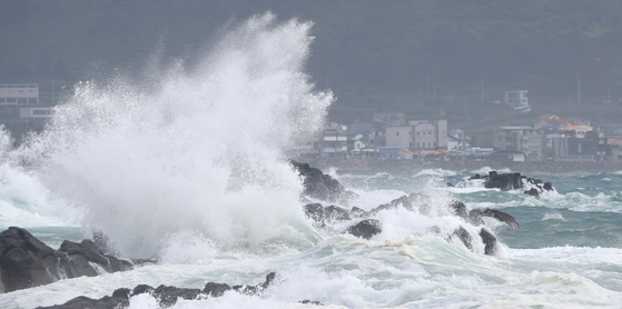 With Typhoon Bavi forecasted to pass by Jeju Island from Wednesday morning, the island began to experience strong winds from Tuesday. The typhoon was projected to move northward and pass close to Seoul Thursday morning. [YONHAP]
