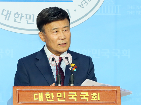 "Kim Won-wung, head of the Heritage of Korean Independence (HKI), holds a press conference at the National Assembly on Monday and calls the main opposition United Future Party (UFP) a ""pro-Japan collaborator.""  [YONHAP]"