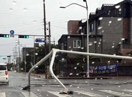 A street light in Ara-dong, Jeju City, is seen crashed onto the street in the wake of Typhoon Bavi, which passed close to Jeju Island on Wednesday afternoon. [YONHAP]