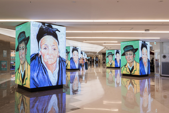 Ultra high-definition LED signage screens are set up at Starfield COEX Mall in Samseong-dong, southern Seoul, on Wednesday. To celebrate the installation of the new signs, the mall opened an art exhibition through Sunday. [YONHAP]