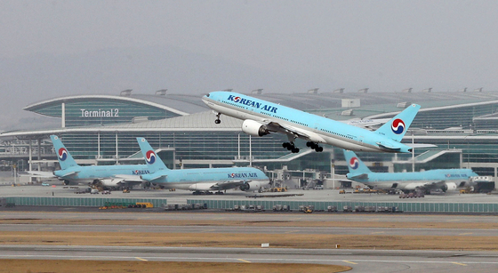 A Korean Air Lines flight takes off from Incheon International Airport on Aug. 6. [YONHAP]