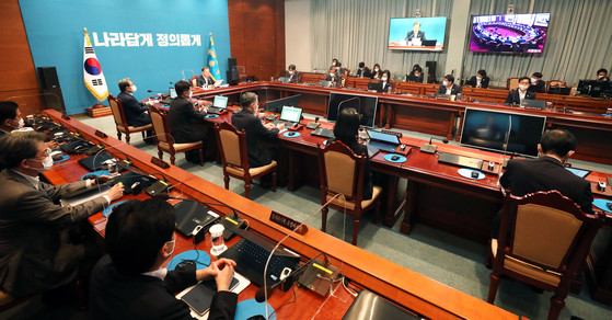 Government officials attend a cabinet meeting on Aug. 25. [BLUE HOUSE]