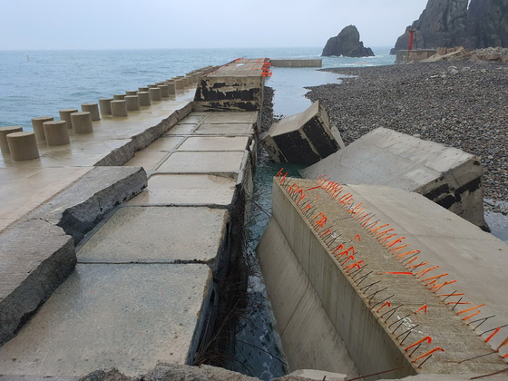 Part of a sea wall in Gageo Island was destroyed over the night as Typhoon Bavi passed. [YONHAP]