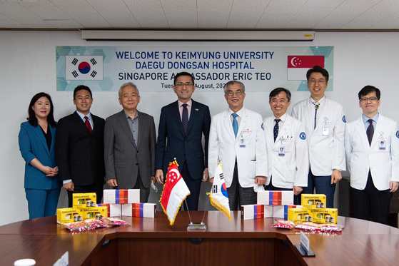 Ambassador Eric Teo visits Keimyung University Daegu Dongsan Hospital on Aug. 11 and presents 200 gift sets of Singaporean products in appreciation for the hospital's efforts in the fight against Covid-19. [EMBASSY OF SINGAPORE]