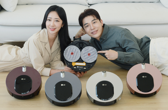 Models present CodeZero M9 ThinQ, LG's new robot mop, on Thursday. The product, which is equipped with an autonomous adjustable water supplier, comes in iron gray and will be priced at 699,000 won ($590) upon its release. [YONHAP]