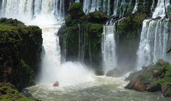 A boat approaches the falls of the Iguazu National Park in Argentina. [EMBASSY OF ARGENTINA IN KOREA]