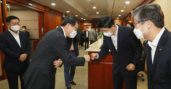 Financial Services Commission Chairman Eun Sung-soo, second from left, greets heads of brokerage firms in Yeouido, western Seoul, on Thursday. [YONHAP]