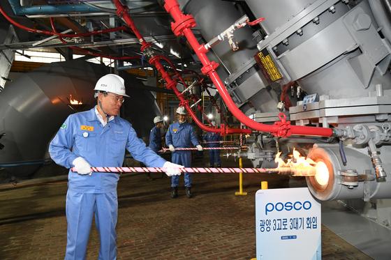 Posco's CEO, Choi Jeong-woo, operates a newly innovated smart shaft furnace. [POSCO]