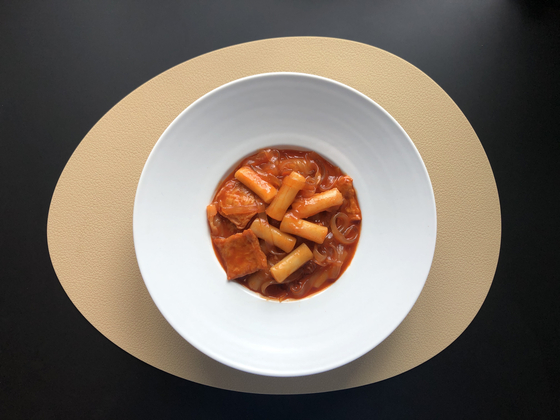 The home-cooked version of Miro Sikdang's tteokbokki, with added glass noodles. [LEE SUN-MIN]