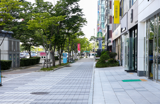 An empty street in Seo District, Gwangju, on Monday, where there has been a cluster of recent Covid-19 cases. [JANG JEONG-PIL]
