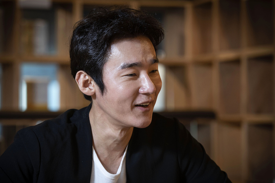 Author Heo Ji-woong talks about his book and his fight against cancer. [JANG JIN-YOUNG]