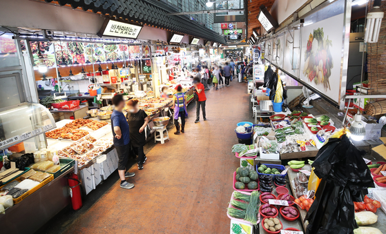 A traditional market in Suwon, Gyeonggi, is emptier than usual on Monday after the government raised its social distancing guidelines to Level 2 in its three-tiered system on Sunday. [YONHAP]