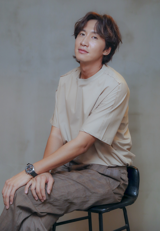 """Actor Lee Kwang-soo received the best supporting actor from the 56th Baeksang Arts Awards held in June with his portrayal of Dong-gu in the 2019 film 'Inseparable Bros."""" It was the first acting awards he ever got since his debut in 2008.  [LGAN SPORTS]"""