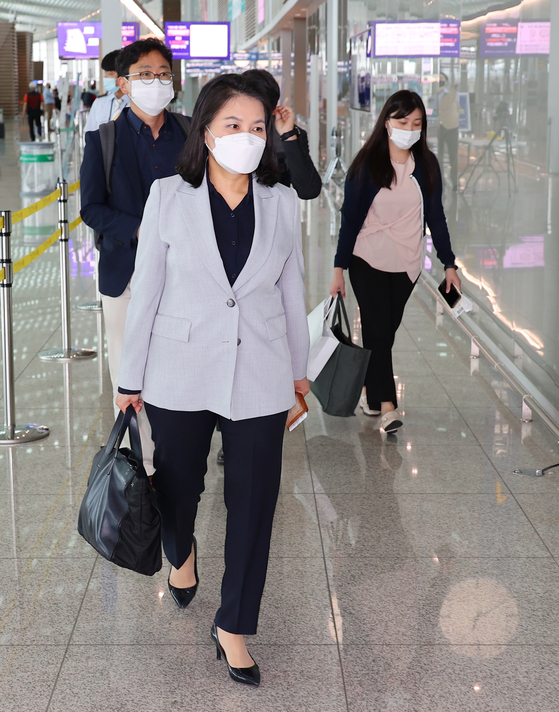 Trade Minister Yoo Myung-hee at Incheon International Airport on Monday. Yoo is traveling to Switzerland where the World Trade Organization (WTO) will begin the first round of the director-general selection process. Yoo is a candidate. [YONHAP]