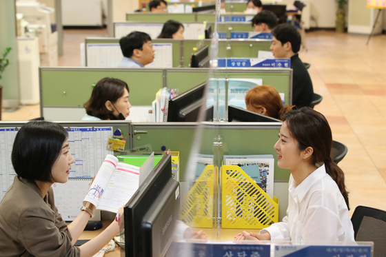 Young job seekers receive counselling at their university career centers during the summer vacation. [NEWS1]