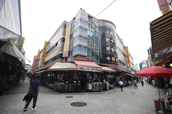 Namdaemun Maket in Jung District, central Seoul, sits nearly empty Monday. [YONHAP]