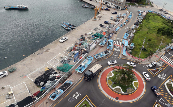 Boats move onto a road in Busan on Monday in preparation for Typhoon Maysak to make landfall in the area later this week. [YONHAP]