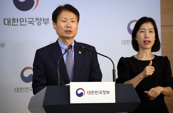 Vice Health Minister Kim Kang-lip in a press briefing Monday said that the clinical exam of the Korean Medical License Examination will be postponed by one week as doctor hopefuls are boycotting the test.