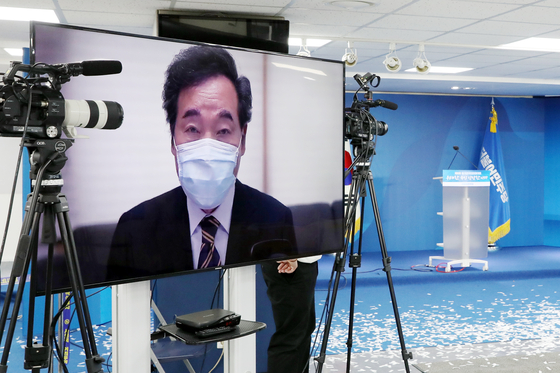 Rep. Lee Nak-yon accepts the chairmanship of the ruling Democratic Party (DP) through a remote acceptance speech delivered from his home. Lee won 60.77 percent of the vote in his party's convention held Saturday. [NEWS1]
