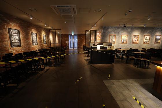 Starbucks Korea's Press Center branch in central Seoul is empty on Aug. 30 after the government said coffee chains in greater Seoul can only sell takeout and deliveries. [YONHAP]