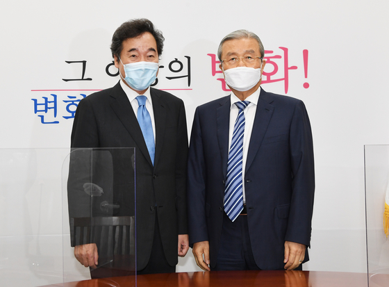 Lee Nak-yon, newly elected chairman of the ruling Democratic Party (DP), left, calls on Kim Chong-in, interim head of the opposition United Future Party (UFP), at the General Assembly in western Seoul on Tuesday. [NEWS1]
