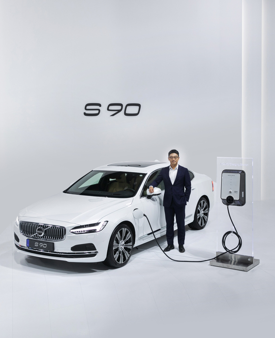 Volvo Korea CEO Lee Yoon-mo poses with the new S90 plug-in hybrid at a photo session on Tuesday. [VOLVO KOREA]