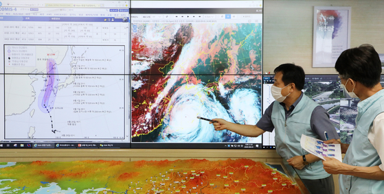 Weathermen from the Korea Meteorological Administration (KMA) on Tuesday examine the moving path of Typhoon Maysak, which is expected to make landfall near Busan on Wednesday, pass over the peninsula, then taper off in the East Sea on Friday morning.  [NEWS1]