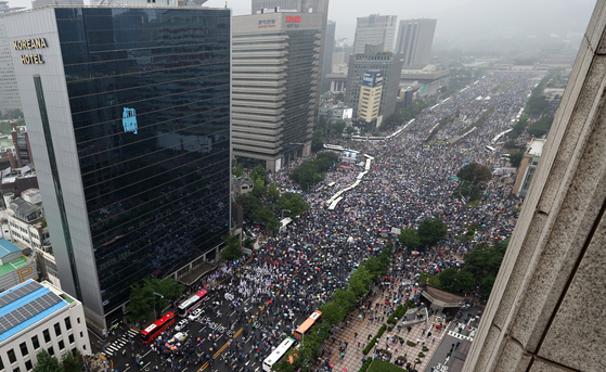 Antigovernment protesters fill up Sejong-daero, the main street of central Seoul, on Aug. 15. The Seoul Metropolitan Government had banned street rallies to stop the spread of Covid-19 infections, but the Seoul Administrative Court lifted bans on two rallies on Aug. 14. Although the organizers told the court to hold smaller events, tens of thousands gathered from around the country.  [YONHAP]