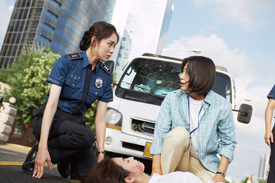 """Scene from a local action comedy """"Miss * Mrs. Cops."""" [CJ ENTERTAINMENT]"""