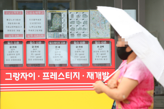 A real estate agency in Seoul posts rents on Wednesday. According to the Korea Appraisal Board, jeonse prices rose at the fastest pace on month in nearly five years as landlords increase prices ahead of the new regulations that limit rent increases and require contract renewals. [YONHAP]
