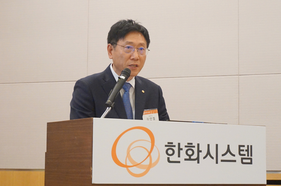 Hanwha Systems CEO Kim Youn-chul speaks at a press conference in October 2019 fy at the Federation of Korean Industries Tower in Yeouido, western Seoul. [YONHAP]
